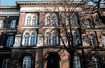 Avatóünnepség és épületbejárás a Bárczi jogelődjében.