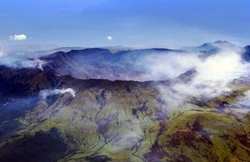 Dr. Harangi Szabolcs egyetemi tanár előadást tart a vulkánkitörések okairól, következményeiről.