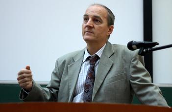 """A """"Csütörtök Este"""" sorozat következő előadója Csabai István egyetemi tanár."""