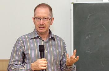 Urbán Róbert pszichológus angol nyelvű előadása  az ELTE Alumni Academy sorozatában.