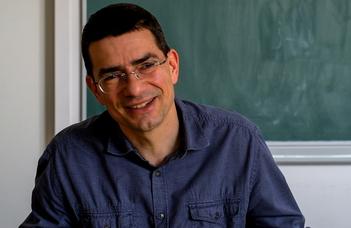 Müller Viktor biológus, a TTK dékánhelyettese tart előadást.