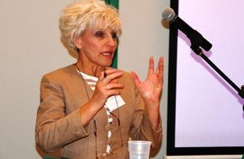 Az Európai Sors-Társak Közhasznú Egyesülete elnöke tart előadást a Nyugdíjas Klub rendezvényén.
