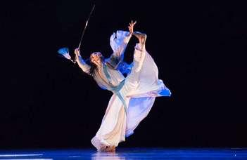 Kínai tánc- és cirkuszművészek műsora az ELTE-n.