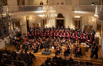 """Az ELTE """"Eötvös"""" Művészeti Együttes zenekarának vendége Rolla János hegedűművész."""