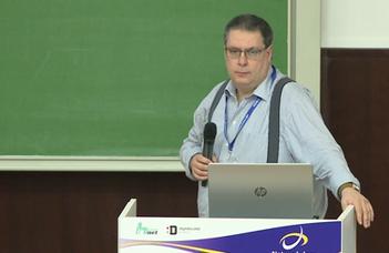 Kovács László, az MTA-SZTAKI osztályvezetője  tart előadást a kutatási adatok kezeléséről.