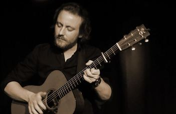 Markus Schlesinger osztrák zenész koncertje anekdotákkal fűszerezve.