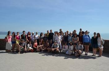 A külföldi résztvevők a magyar nyelvvel, történelemmel és művészetekkel ismerkedhetnek.